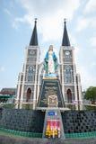 Vecchia chiesa della statua di vergine Maria e di Roman Catholic Christianity immagine stock
