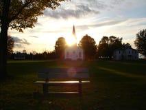 Vecchia chiesa di legno al tramonto fotografie stock libere da diritti