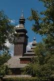 Vecchia chiesa di legno di Lemk contro un cielo blu luminoso con le nuvole Fotografia Stock
