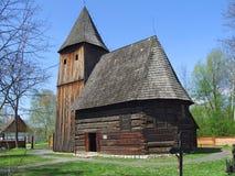 Vecchia chiesa di legno in villaggio, erba verde intorno Fotografie Stock Libere da Diritti