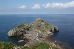 Vecchia chiesa di San Juan de Gaztelugatxe, costruita su una piccola penisola a distanza in Paese Basco fotografia stock libera da diritti