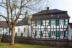 Vecchia chiesa e casa half-timbered, Haan-Gruiten Immagini Stock Libere da Diritti