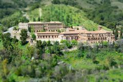 Vecchia chiesa e convento circondati da vegetazione, vicino alla città di Granada in Spagna Un posto calmo e bello immagine stock libera da diritti