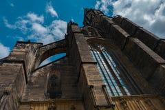 Vecchia chiesa gotica di Swidnica che aumenta al cielo Alta torre scura Fotografie Stock Libere da Diritti