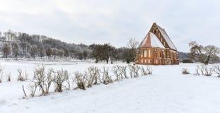 Vecchia chiesa gotica, paesaggio di inverno, Zapyskis, Lituania Fotografia Stock