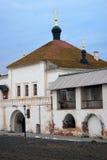 Vecchia chiesa incrinata del portone e della parete decorata dalle cupole verdi e dagli incroci dorati. Fotografia Stock Libera da Diritti