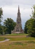 Vecchia chiesa inglese su una collina Fotografia Stock Libera da Diritti
