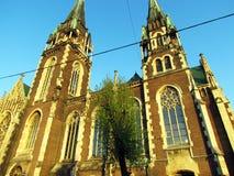 Vecchia chiesa marrone sul fondo del cielo blu immagine stock libera da diritti