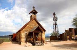 Vecchia chiesa nella città fantasma di zona aurifera - Arizona, U.S.A. immagini stock libere da diritti