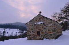 Vecchia chiesa nella neve immagine stock libera da diritti