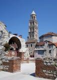 Vecchia chiesa nella spaccatura (Croatia) fotografia stock
