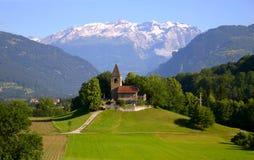 Vecchia chiesa nelle alpi svizzere Immagine Stock