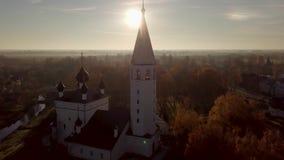 Vecchia chiesa, rovine, chiesa fra le foreste e un piccolo villaggio, colpo sul fuco stock footage
