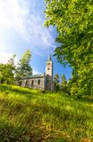 Vecchia chiesa storica nella foresta Fotografie Stock