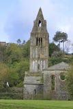 Vecchia chiesa sulla corte Immagini Stock Libere da Diritti