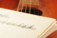 Vecchia chitarra acustica Fotografia Stock