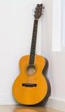 Vecchia chitarra che mette sul pavimento di legno Immagine Stock Libera da Diritti