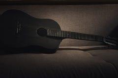Vecchia chitarra della foto Immagini Stock