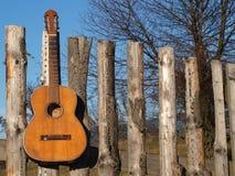 Vecchia chitarra sulla rete fissa Fotografie Stock