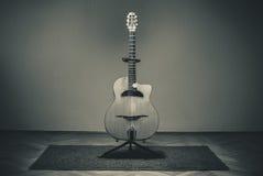 Vecchia chitarra zingaresca immagine stock