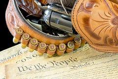 Vecchia cinghia occidentale del fucile e della pistola con le pallottole Immagine Stock