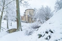 Vecchia città alla Lettonia, orario invernale con neve Immagini Stock