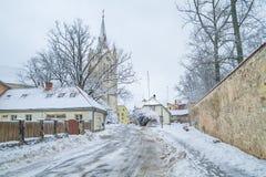 Vecchia città alla Lettonia, orario invernale con neve Fotografie Stock