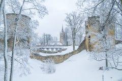 Vecchia città alla Lettonia, orario invernale con neve Fotografia Stock