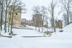 Vecchia città alla Lettonia, orario invernale con neve Immagine Stock Libera da Diritti