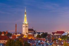 Vecchia città alla notte, Tallinn, Estonia di vista aerea immagine stock