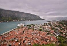 Vecchia città Cattaro e baia Montenegro di Cattaro Fotografia Stock