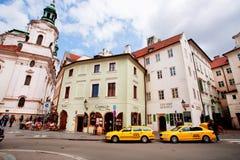 Vecchia città con le costruzioni storiche ed il taxi giallo Immagini Stock
