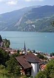 Vecchia città del Europa sopra la vista svizzera del lago Immagine Stock
