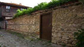 Vecchia città della parete di pietra nessebar e vecchia video d archivio