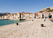 Vecchia città della spiaggia di Baska (Krk) fotografia stock