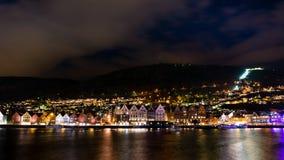 Vecchia città di Bergen alla notte fotografia stock libera da diritti