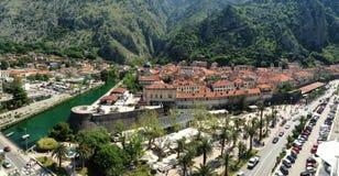 Vecchia città di Cattaro, vista dalla nave Immagini Stock