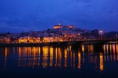 Vecchia città di Coimbra dal riverbank, Portogallo fotografie stock