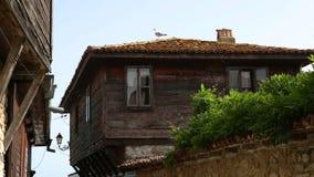 Vecchia città di nessebar e dei gabbiani al tetto stock footage