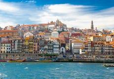 Vecchia città di Oporto, costruzioni variopinte a Ribeira, fiume del Duero, porto fotografie stock libere da diritti