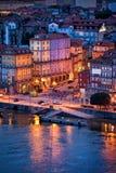 Vecchia città di Oporto nella sera Immagini Stock