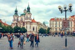 Vecchia città di Praga, Repubblica ceca Vista sulla chiesa e su Jan Hus Memorial di Tyn sul quadrato come visto dal comune di Cit fotografia stock