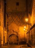 Vecchia città di Riga entro la notte, Latvia, Europa Fotografia Stock
