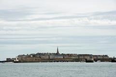Vecchia città di Saint Malo dalla spiaggia Fotografia Stock Libera da Diritti