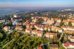 Vecchia città di Sandomierz, Polonia Orizzonte aereo ad alba fotografia stock libera da diritti