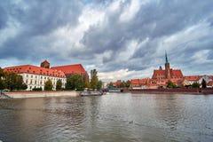 Vecchia città di Wroclaw L'isola Ostrow Tumski della cattedrale è la più vecchia parte della città al tramonto Cattedrale di St J fotografia stock