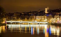 Vecchia città di Zurigo alla notte Fotografie Stock Libere da Diritti
