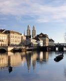 Vecchia città di Zurigo che riflette nel fiume Fotografia Stock