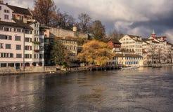 Vecchia città di Zurigo un giorno nuvoloso in autunno tardo Fotografia Stock Libera da Diritti