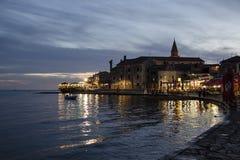 Vecchia città durante la penombra, Croazia di Umag Immagine Stock Libera da Diritti